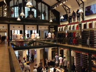 Mardi 1er juillet : Le magnifique magasin Uniqlo du Marais dans une ancienne usine