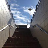 Au bas des escaliers de la gare