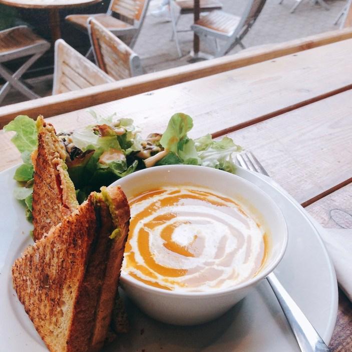 La santé c'est aussi faire attention à ses repas. Soupe de carotte, salade et sandwich. Où sont passées es envies de burger à midi