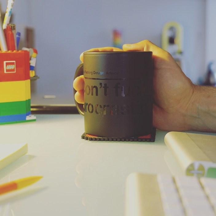 Mug de thé au bureau