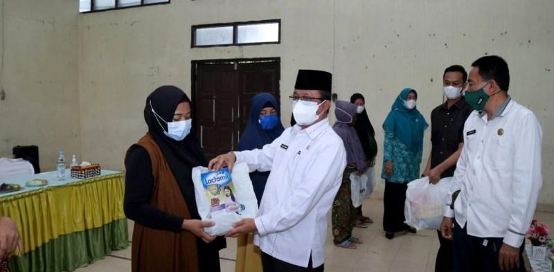 Sekda Arfan Usman Salurkan Bantuan Paket PMT Untuk Balita dan Ibu Hamil di Kandis