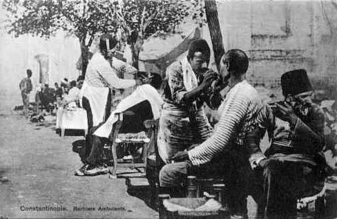 s/w-Postkarte: Straßenbarbiere rasieren Kunden