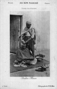 s/w: maurischer Barbier rasiert Kunden den Kopf im Stehen