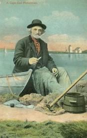 Fischer sitzt am Wasser neben seinem Boot und flickt ein Netz