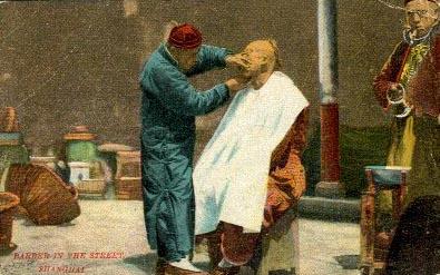 AK: Straßenbarbier rasiert Kunden