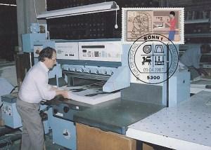 Buchbinder an großer Maschine