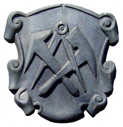 Zunftwappen aus Steinzeug mit Zirkel, Schieferhammer und Dachdeckerbeil