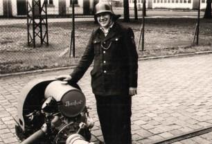 altes Foto monochrom: Feuerwehrmann