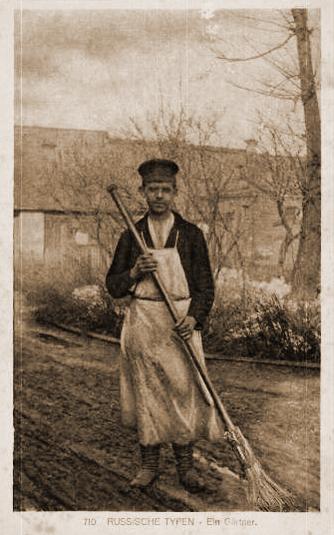 altes Sepia-Foto: Gärtner mit Schürze und Besen