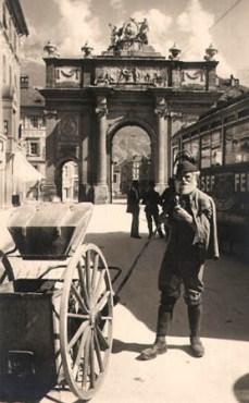 altes Foto: Straßenkehrer mit seinem Wagen