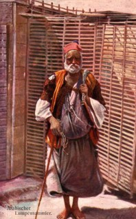 Farbfoto: Araber mit Lumpenbündel