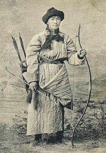 altes Foto: Burjate in traditioneller Kleidung mit Pfeil und Bogen