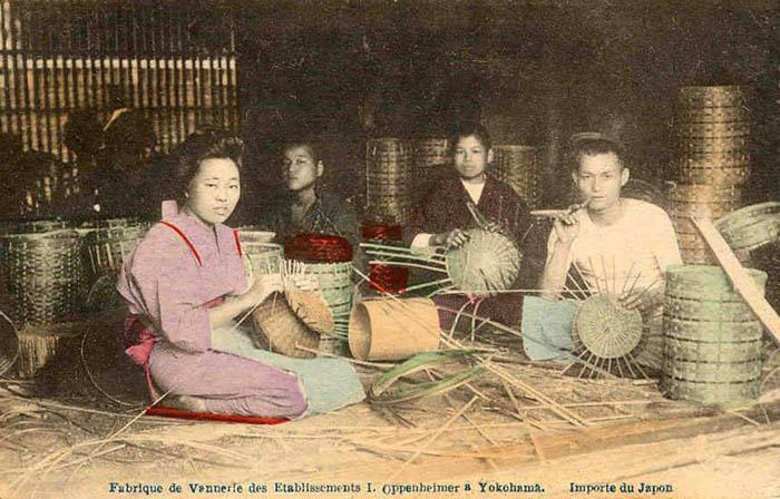 koloriertes Foto: Japaner beim Körbe flechten