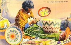 Apachen-Indianerin macht farbenfrohe Körbe