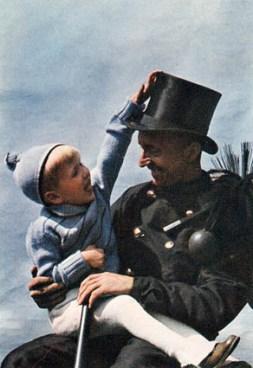 Schornsteinfeger mit Kind auf dem Arm