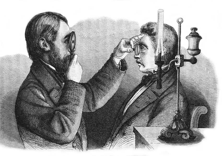Augenarzt untersucht mit einem Augenspiegel die Augen eines Patienten.
