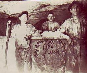 altes Foto: Bergmänner in der Grube Untertage