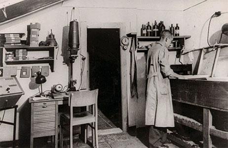 Fotolaborant bei der Arbeit in einem Fotolabor um 1950, s/w Foto