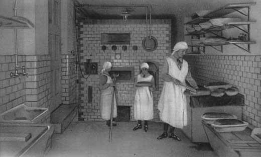altes sw-Foto: Nonnen backen Brot in der Backstube