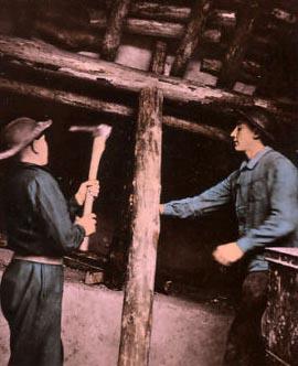 Foto: 2 Bergleute mit Spitzhacke