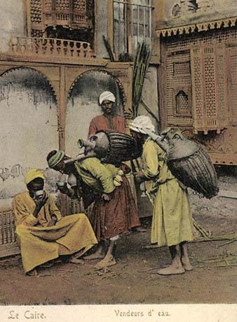 koloriertes Fotos: orientalische Wasserverkäufer bieten Kunden Wassen aus ihren Amporen an