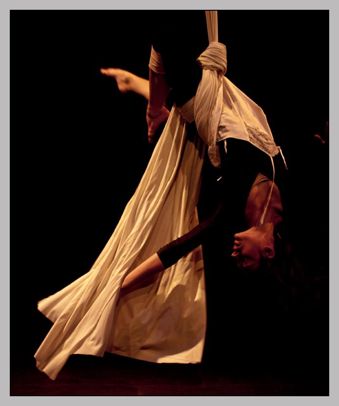 monochromes Foto: Frau hängt im weißen Tuch