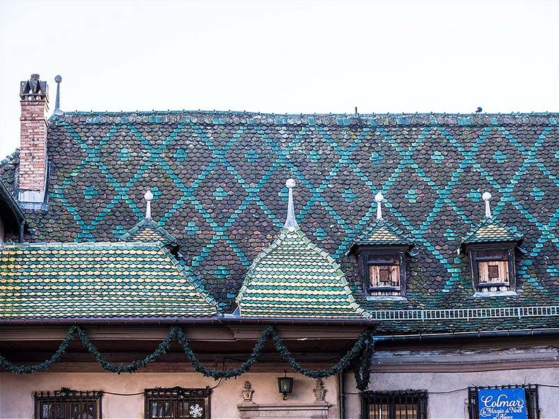Foto: altes Haus mit traditionell bunten Dachschindeln gedeckt