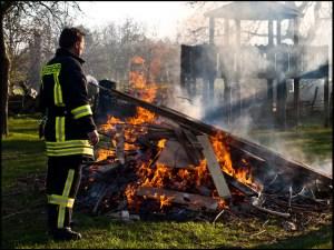 Osterfeuer, Feuer, brennende Holzscheite