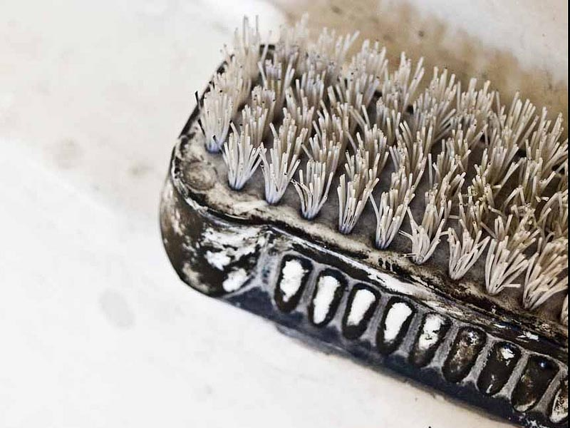 Foto: abgenutzte, dreckige Handbürste