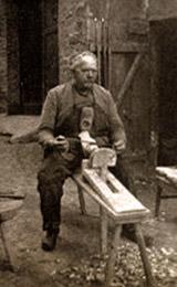 sw-Foto: alter Mann auf Haubock mit Blockmesser bei der Arbeit