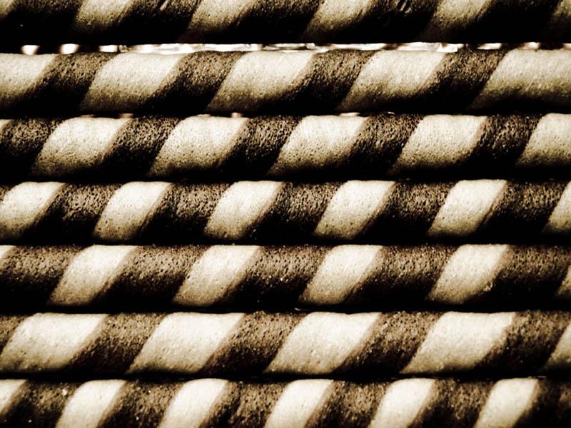 monochromes Foto: geringelte Gebäckröllchen