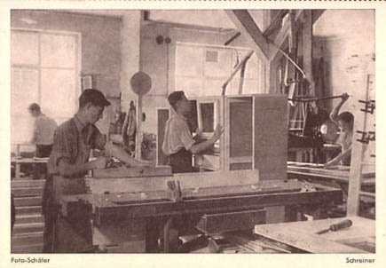 monochromes Foto: junge Tischler arbeiten in der Werkstatt