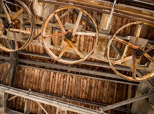 Foto: Aufblick zur Führung der Seilbahn: verrostete Räder