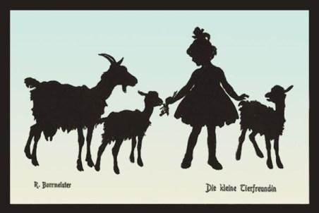 Mädchen mit Pferdeschwanzfrisur füttert links stehendes Zicklein und streichlt ein weiteres rechs von ihr, ganz links beobachtet die Ziegenmutter das Geschehen