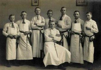 sw-Gruppenfoto junger Fleischerlehrlinge