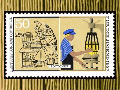 Briefmarke: links mittelalterlicher Mönch fertigt Bottiche in Handarbeit, rechts Mann an moderner Maschine bei Fassherstellung