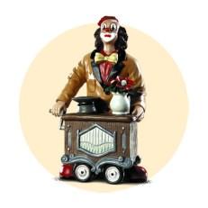 Keramikfigur: Drehorgel spielender Clown mit Blumen und Sammelhut auf dem Leierkasten