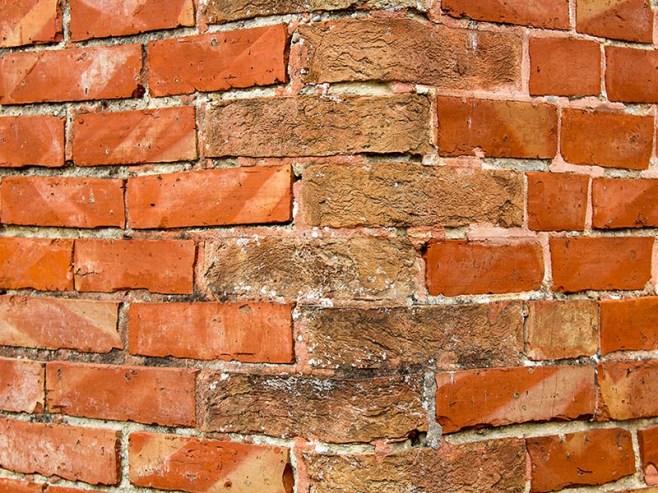 Farbfoto: Detailaufnahme einer Mauerecke