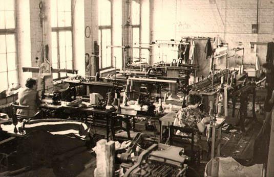 sw-Foto: Näherinnen an Nähmaschinen