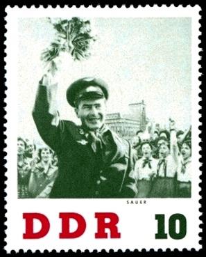 Briefmarke: Mann winkt mit Blumenstrauß