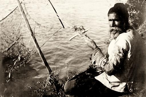 sw-Foto: alter Fischer mit Reuse