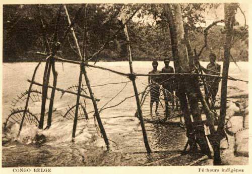 sw-PK: Fischer stehen im Fluss, Fangkörbe ausgeworfen
