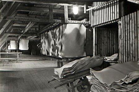 sw-Foto: geschöpfte Papiere hängen auf dem Trockenboden