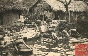 sw-Foto: Männer beim Papierschöpfen