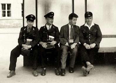 altes sw-Foto: Straßenbahnschaffner