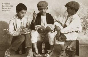 s/w Foto: drei Schuhputzjungen bringen sich selber die Englisch bei