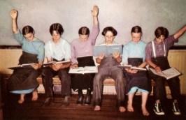 Farbfoto: sechs amische Kinder auf Stühlen sitzend beim Lernen