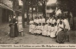 s/w Foto: baptistische Nonnen unterrichten Schüler im Freien