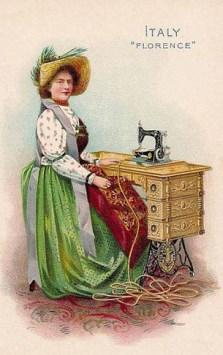 alte Postkarte: Frau mit großem Hut sitzt an Nähmaschine und näht