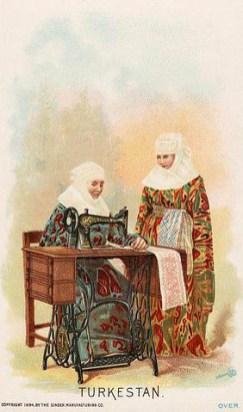 alte Postkarte: Frau sitzt an Nähmaschine und näht, andere Frau steht daneben